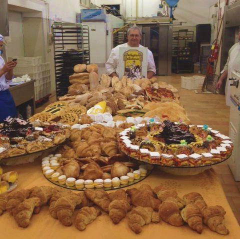 Il maestro con la nostra produzione finale di pani, pizze, grissini, sfogliatelle, dolcetti, maritozzi... e chi più ne ha più ne metta!